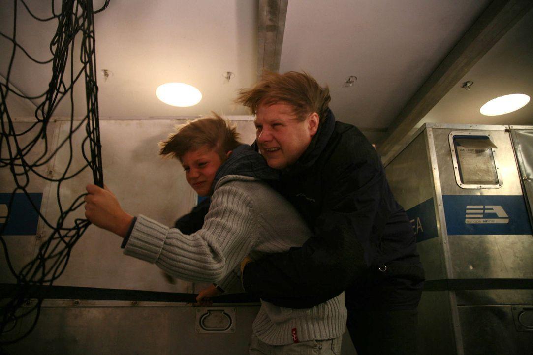 Um den Abschuss zu verhindern, muss Elektroingenieur Hubert Roob (Michael Grimm, r.) mit dem kleinen André (Leon Alexander Wulsch, l.) in den offen... - Bildquelle: Volker Roloff ProSieben