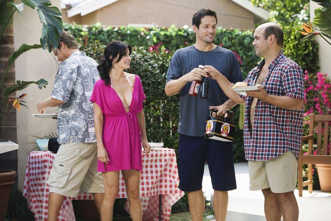Jules (Courteney Cox, 2.v.l.) sieht ein, dass sie die Wette mit Grayson (Josh Hopkins, 2.v.r.) verloren hat und schickt deshalb Andy (Ian Gomez, r.)... - Bildquelle: 2009 ABC INC.