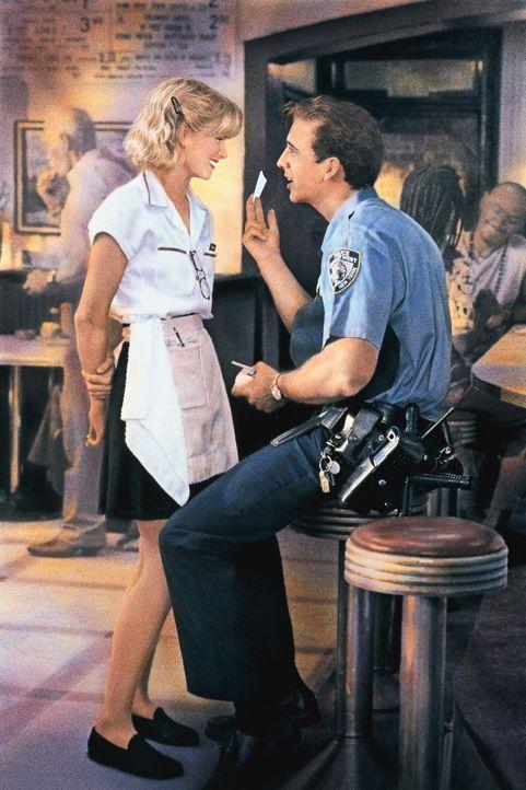 Weil er nicht genug für ein Trinkgeld dabei hat, verspricht der gutherzige Cop Charlie (Nicolas Cage, r.) der Kellnerin Yvonne (Bridget Fonda, l.)... - Bildquelle: Columbia TriStar