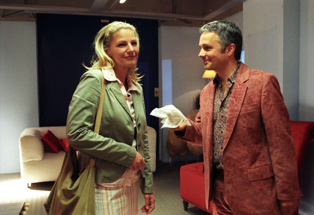 Sophie (Sophie Schütt, l.) will sich selbst ein Bild von Herrn Lieffers (René Hofschneider, r.), dem Vorgesetzten ihrer Mandantin Frau Wieners, mach... - Bildquelle: Noreen Flynn Sat.1