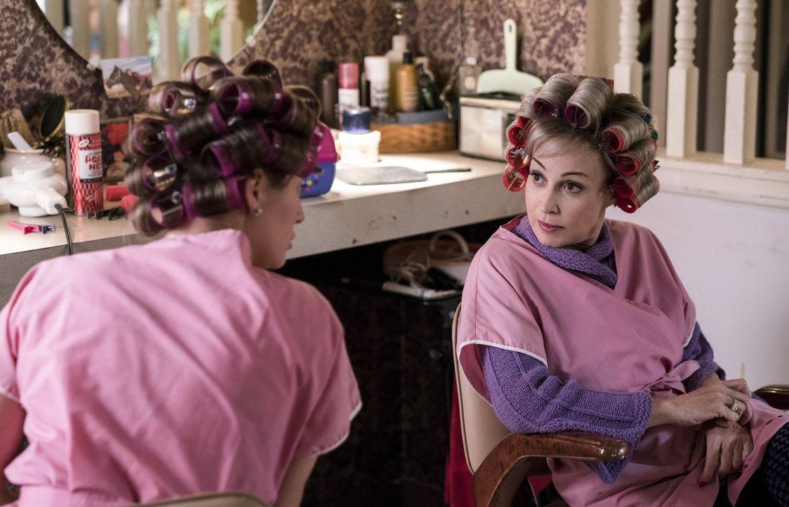 Mary (Zoe Perry, l.) und Meemaw (Annie Potts, r.) geraten aneinander, als Mary erkennt, dass ihre Mutter Missy alles machen lässt, was sie will - ga... - Bildquelle: Warner Bros.