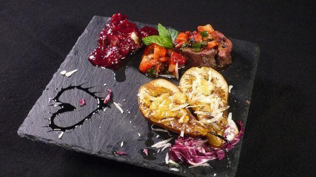 Onglet mit Erdbeer-Salsa und  Ziegenkäse im Baconnest mit einer Parmesanbirne...