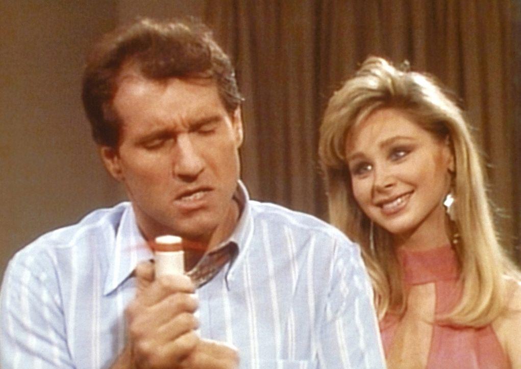 Nach einem Ehekrach gerät Al (Ed O'Neill, l.) in Versuchung: Die Stewardess Sherry (Pamela Bowman, r.) macht sich an ihn heran. - Bildquelle: Columbia Pictures