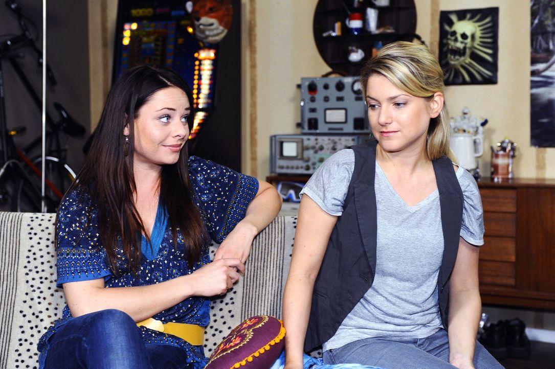 Paloma (Maja Maneiro, l.) merkt, dass Anna (Jeanette Biedermann, r.) in Gedanken noch bei Jonas ist. - Bildquelle: Oliver Ziebe Sat.1