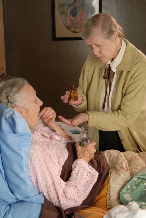 Kann Janet (Irene Sutcliffe, r.) Beth (Thelma Barlow, l.) dazu bringen, die Tabletten einzunehmen? - Bildquelle: BUFFALO PICTURES/ITV