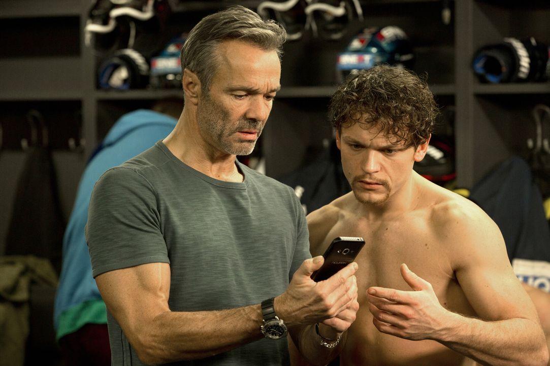 Als Eishockeycoach Karl (Hannes Jaenicke, l.) erkennt, dass sein Erzfeind alle Register ziehen wird, um seine Tochter aus der Mannschaft zu schmeiße... - Bildquelle: Volker Roloff SAT.1