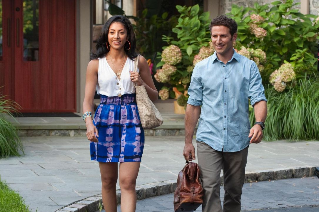 Ein neuer Patient wartet auf Dr. Hank Lawson (Mark Feuerstein, r.) und Divya Katdare (Reshma Shetty, l.) ... - Bildquelle: Universal Studios