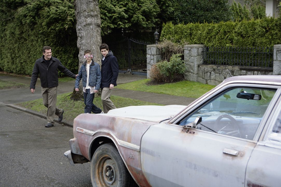Stephen (Bruce Thomas, l.) hat eine Überraschung für seinen Sohn Josh (Jean-Luc Bilodeau, M.). Weil er den Führerschein geschafft hat, erhält er... - Bildquelle: TOUCHSTONE TELEVISION