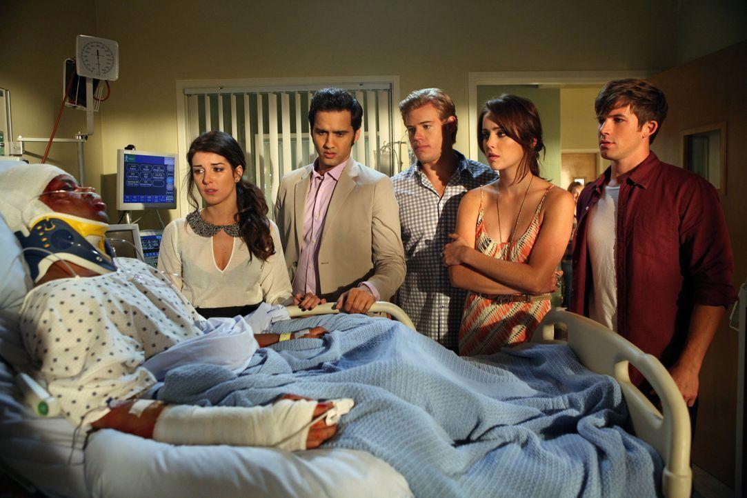 Nach einem schweren Unfall ist nicht klar, ob Dixon (Tristan Wilds, l.) gelähmt bleiben wird. Seine Freunde (v.l.n.r.) Annie (Shenae Grimes), Navid... - Bildquelle: 2012 The CW Network. All Rights Reserved.