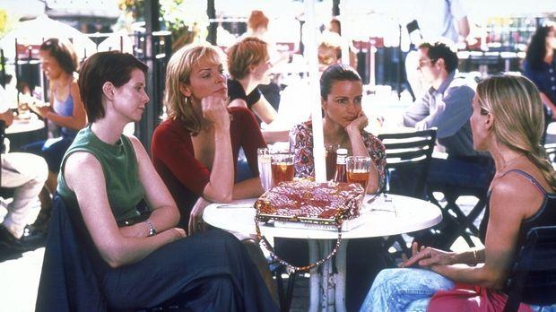 Für ihre Kolumne stellt Carrie (Sarah Jessica Parker, r.) ihren Freundinnen M...