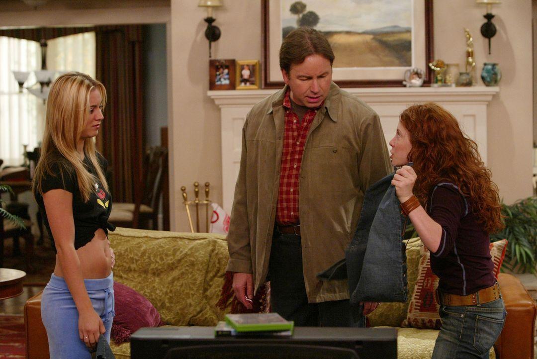 Paul (John Ritter, M.) wird wieder auf die Probe gestellt: Seine Tochter Bridget (Kaley Cuoco, l.) hat ihre Schulden mit seiner Kreditkarte begliche... - Bildquelle: ABC, Inc.