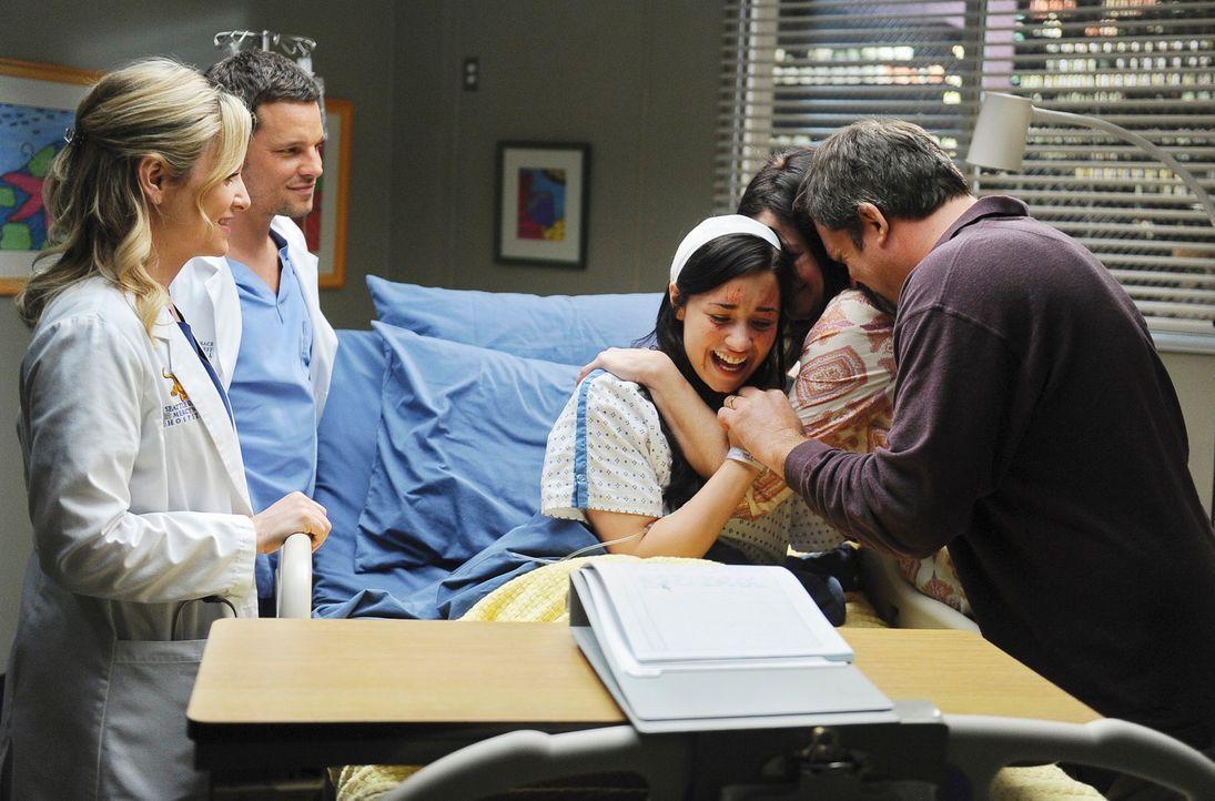 Arizona (Jessica Capshaw, l.) und Alex (Justin Chambers, 2.v.l.) behandeln die 16-jährigen Hayley (Demi Lovato, M.), die von ihren Eltern Mary (Amy... - Bildquelle: Touchstone Television