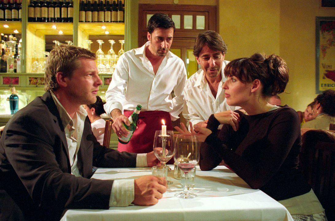 Freunde und Kollegen: Nina (Elena Uhlig, r.) und Leo (Henning Baum, l.) lassen sich in der Osteria von Flavio (Antonio di Mauro, 2.v.l.) und Frances... - Bildquelle: Christian A. Rieger Sat.1
