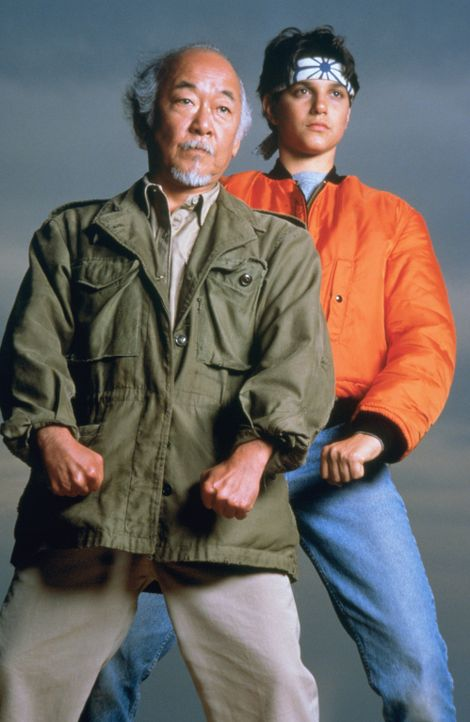 """Nach ihrer Rückkehr aus Okinawa planen Daniel (Ralph Macchio, r.) und sein Freund und Lehrmeister Mr. Miyagi (Noriyuki """"Pat"""" Morita, l.) die Eröff... - Bildquelle: Columbia Pictures"""