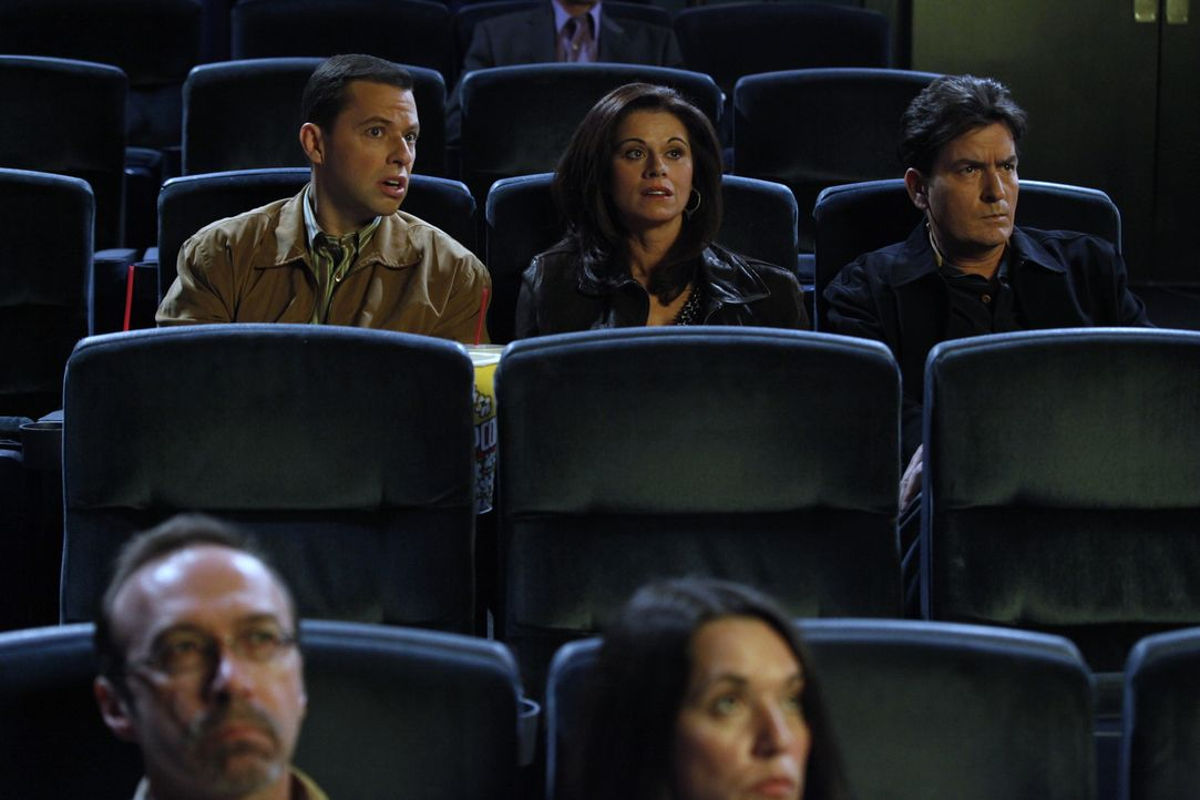Alan (Jon Cryer, l.) tut Charlies (Charlie Sheen, r.) Verlobter Chelsea (Jennifer Bini Taylor, M.) so leid, dass sie Charlie überredet, Alan in eine... - Bildquelle: Warner Brothers Entertainment Inc.