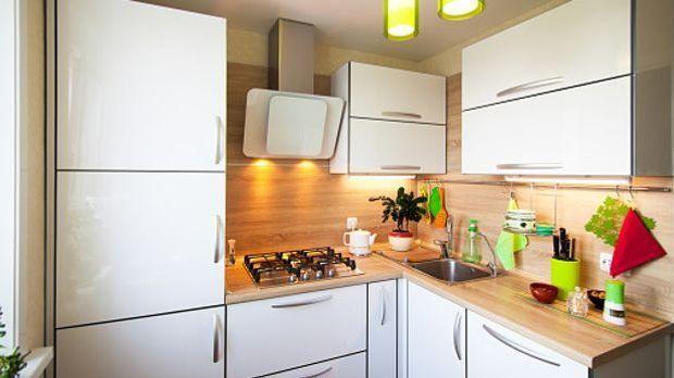Kleine Küche mit weißen Fronten und Arbeitsfläche aus hellem Holz