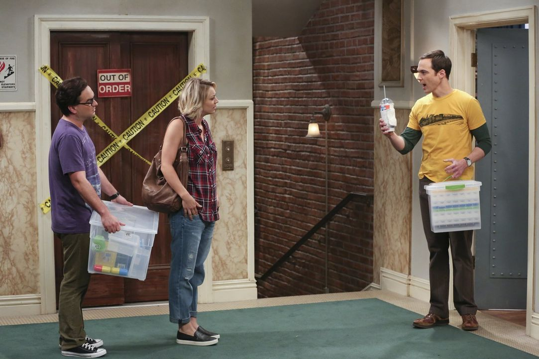 Jetzt, da sie verheiratet sind, wollen Penny (Kaley Cuoco, M.) und Leonard (Johnny Galecki, l.) auch zusammen wohnen. Sheldon (Jim Parsons, r.) nimm... - Bildquelle: 2015 Warner Brothers