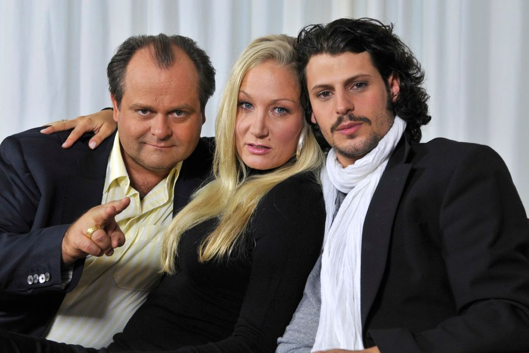 Markus Majowski (l.) und Janine Kunze (M.) bekommen mit Manuel Cortez (r.) einen neuen Mitbewohner in Deutschlands beliebtester Comedy-WG. - Bildquelle: Max Kohr Sat.1