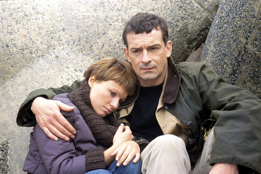 Jettes Sohn Bennie hat sich in Marios (Thomas Sarbacher, r.) Tochter Maria (Daniela Preuß, l.) verliebt. - Bildquelle: Krumwiede Sat.1