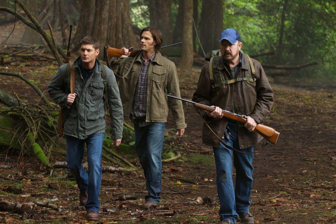 Werden zu richtigen Jägern, als sie den Jersey Devil dingfest machen wollen: Sam (Jared Padalecki, M.), Dean (Jensen Ackles, l.) und Bobby (Jim Beav... - Bildquelle: Warner Bros. Television