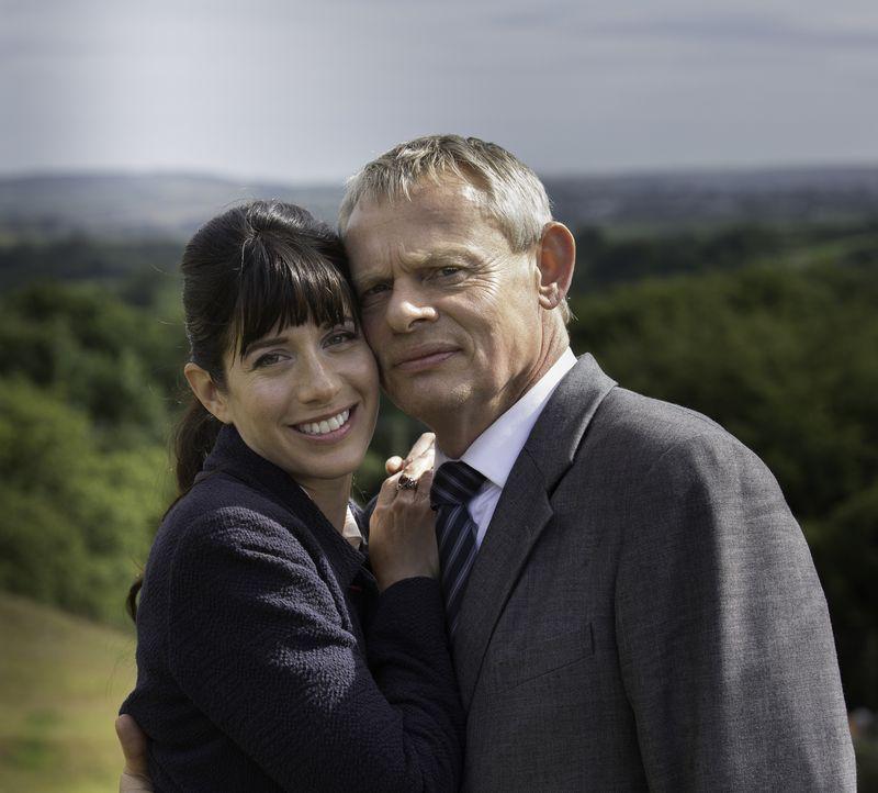 (7. Staffel) - Ist ihre Ehe noch zu retten? Doc Martin (Martin Clunes, r.) und Louisa (Caroline Catz, l.) beschließen, eine Therapie zu machen. - Bildquelle: Neil Genower IN LETZTER MINUTE