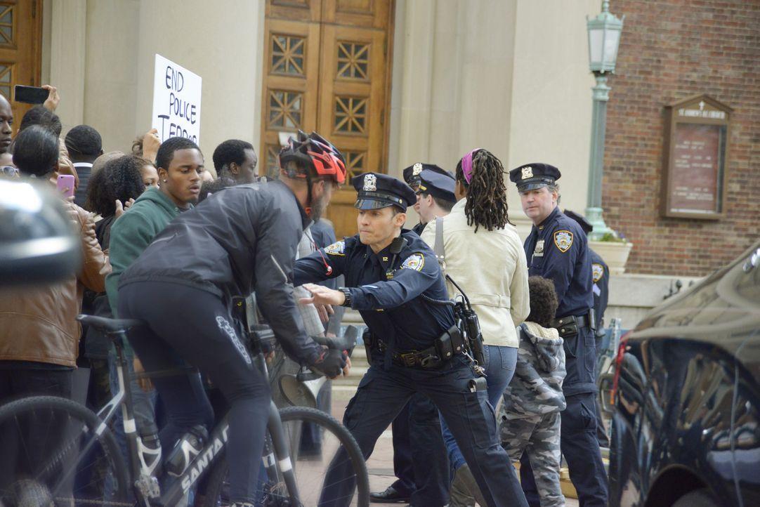 Bei einer Demonstration gegen Polizeigewalt bricht Chaos aus. Während Jamie (Will Estes, r.) versucht, für Ordnung zu sorgen, wird er dabei gefilmt,... - Bildquelle: 2015 CBS Broadcasting Inc. All Rights Reserved.