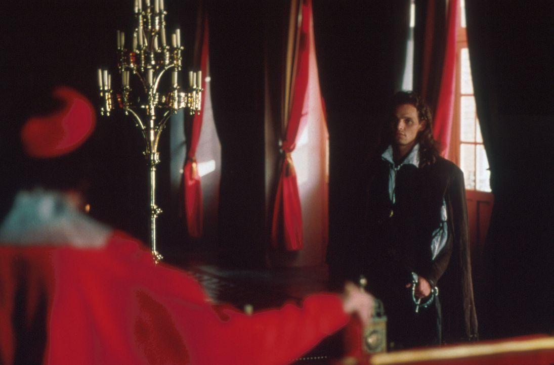 Als sich Kardinal Richelieu (Stephen Rea, l.) am Ziel wähnt, den König entmachtet zu haben, kommt ihm der junge Musketier D'Artagnan (Justin Chamber... - Bildquelle: MDP Worldwide