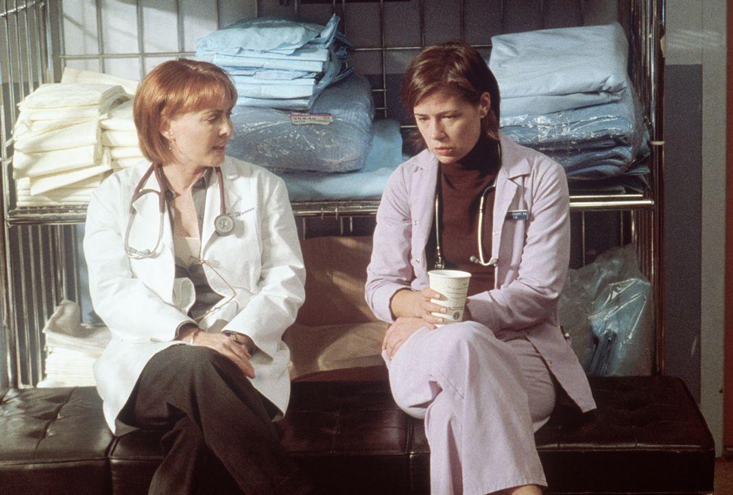 Weaver (Laura Innes, l.) spricht mit Abby (Maura Tierney, r.) über den überraschenden Besuch von deren manisch-depressiver Mutter. - Bildquelle: TM+  2000 WARNER BROS.