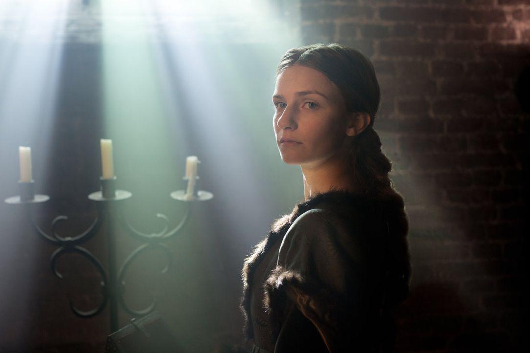 Die des Hochverrates angeklagte Anne Neville (Faye Marsay) bittet König Edward IV, ihr zu vergeben und sie freizusprechen ... - Bildquelle: 2013 Starz Entertainment LLC, All rights reserved