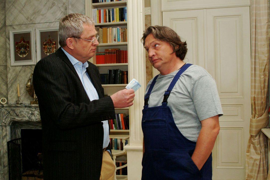 Bernd (Volker Herold, r.) ist entsetzt, als Friedrich (Wilhelm Manske, l.) ihn mit Geld versöhnen will. - Bildquelle: Monika Schürle Sat.1