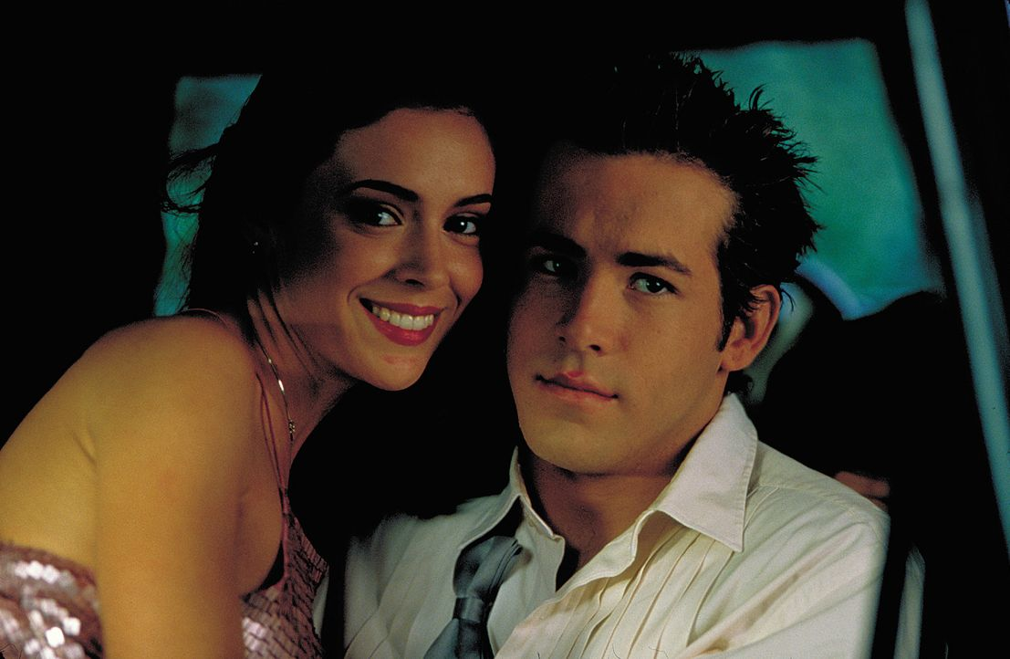 Sunnyboy Mike (Ryan Reynolds, r.) lässt nichts anbrennen und verbringt mit Strippern Amy (Alyssa Milano, l.) schöne Stunden ... - Bildquelle: 2003 Sony Pictures Television International. All Rights Reserved.