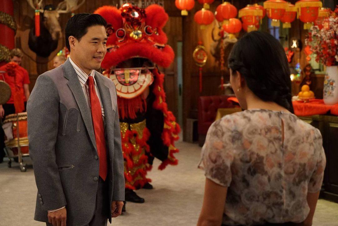 Weil die Huangs das Chinesische Neujahr nicht in Washington D.C. feiern können, hat sich Louis (Randall Park, l.) etwas Besonderes ausgedacht, um se... - Bildquelle: 2015-2016 American Broadcasting Companies. All rights reserved.