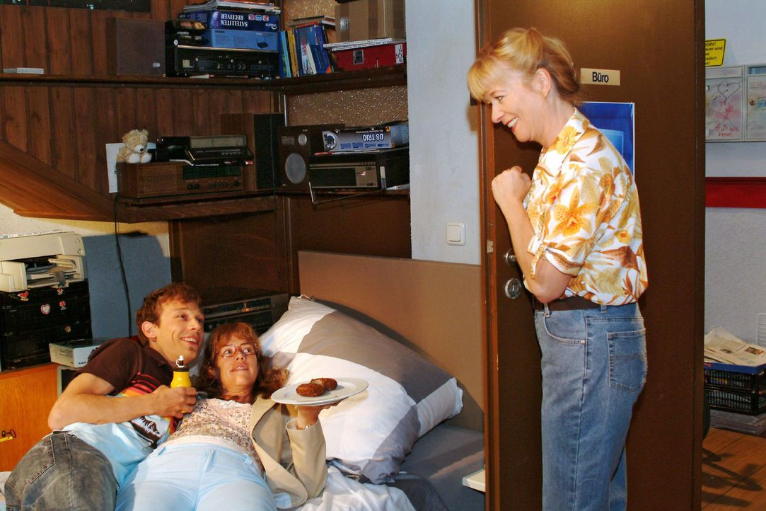Als Helga (Ulrike Mai, r.) ins Zimmer kommt, ist Lisa (Alexandra Neldel, M.) erleichtert, dass ihre Mutter sie vor einem Kuss mit Jürgen (Oliver Bok... - Bildquelle: Monika Schürle Sat.1