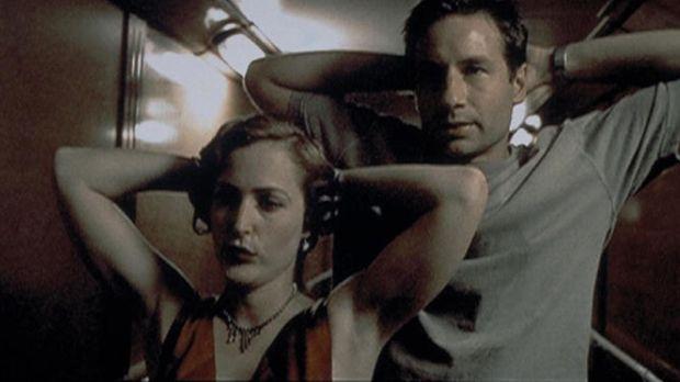 Mulder (David Duchovny, r.) und Scully (Gillian Anderson, l.) werden an Bord...