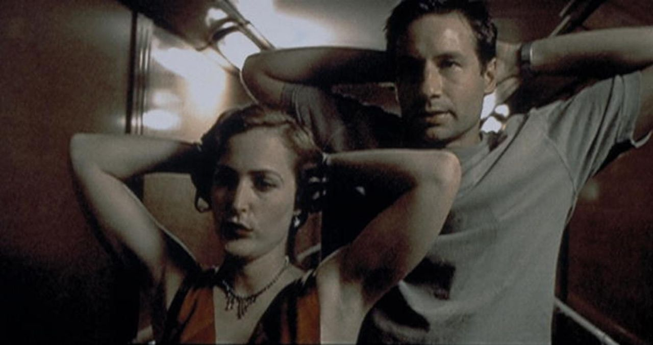 "Mulder (David Duchovny, r.) und Scully (Gillian Anderson, l.) werden an Bord des Kreuzfahrtschiffes ""Queen Anne"" festgenommen ... - Bildquelle: TM +   2000 Twentieth Century Fox Film Corporation. All Rights Reserved."