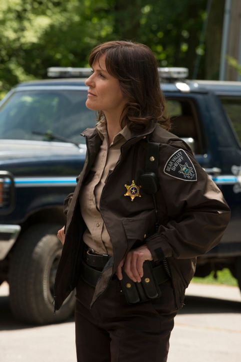 Wie viel weiß Sheriff Morgan (Fiona Highet) wirklich? - Bildquelle: 2014 She-Wolf Season 1 Productions Inc.