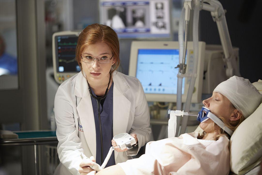 Als sich die Situation von Laura Zarb (Tricia Braun, r.) verschlechtert, muss Dr. Katz (Stacey Farber, l.) eine Entscheidung treffen, die David aus... - Bildquelle: Ken Woroner 2014 Hope Zee Three Inc.