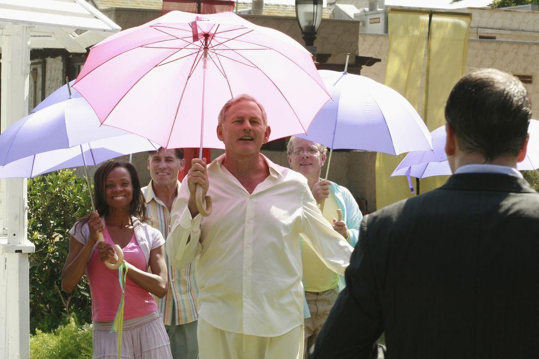 Mitten in einer Musical-Show befindet sich Eli (Jonny Lee Miller, r.) in seiner neuen Vision, in der Nathan (Victor Garber, M.) ebenfalls vorkommt ... - Bildquelle: Disney - ABC International Television