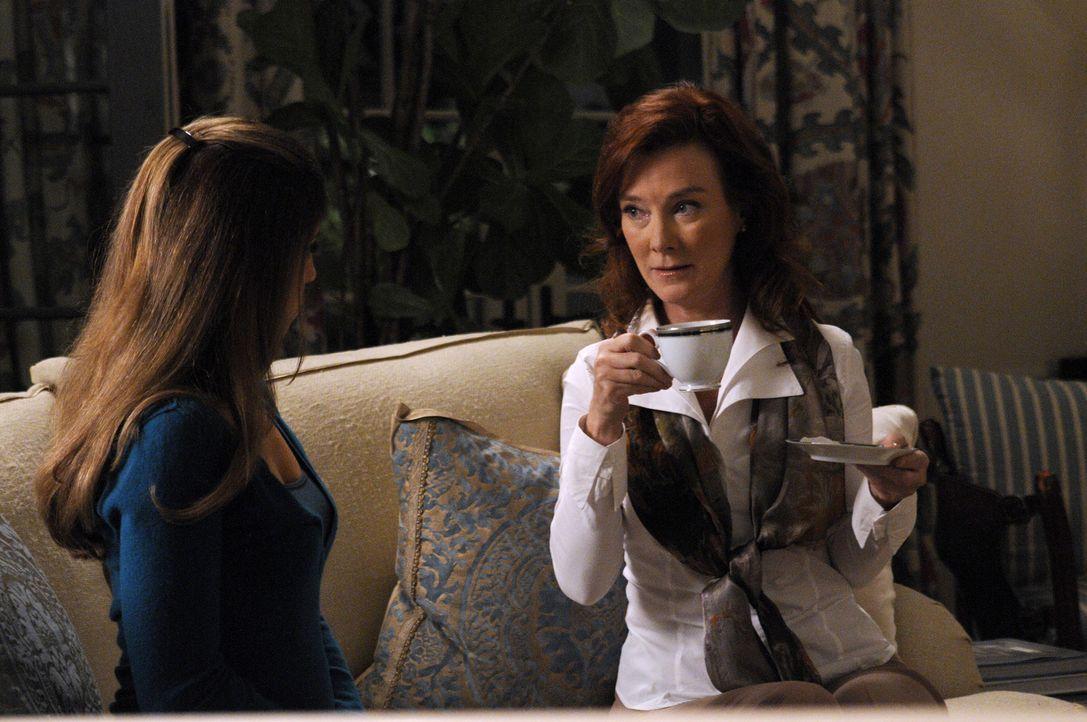 Als Olivia (Valerie Mahaffey, l.) Taylors schockierende Vergangenheit enthüllt, hilft ihr Marisol (Ana Ortiz, r.), nicht komplett die Fassung zu ver... - Bildquelle: ABC Studios
