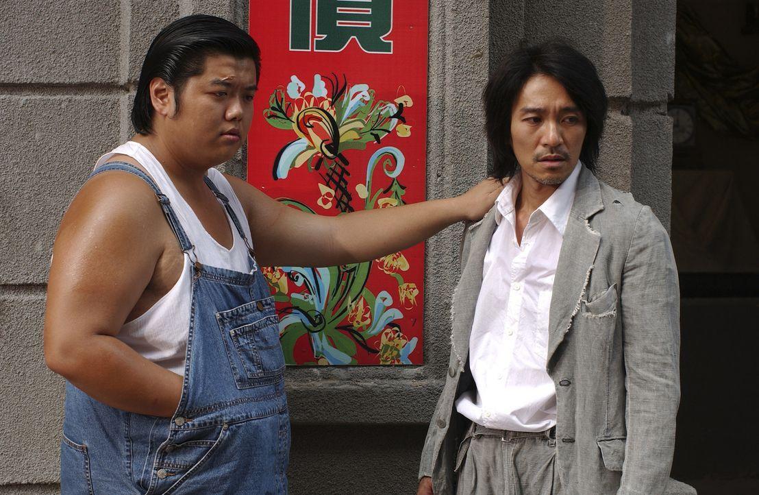 Als der Möchtegern-Ganove Sing (Stephen Chow, r.) und sein Kumpel Gu (Lam Tze Chung, l.) in die neue Stadt kommen, ahnen sie nicht, in welchen Schl... - Bildquelle: 2004 Columbia Pictures Film Production Asia Limited. All Rights Reserved.