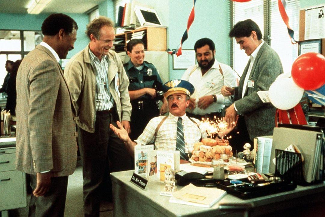 Von den Kollegen gefeiert: Dabei will Burt Simpson (Dabney Coleman) doch eigentlich genau das Gegenteil ... - Bildquelle: ITV plc (Granada International)