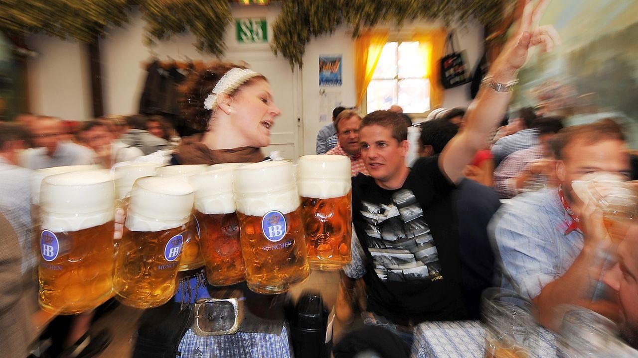 oktoberfest-wiesn-zelt-bedienung-kellnerin-bier-dpa - Bildquelle: dpa