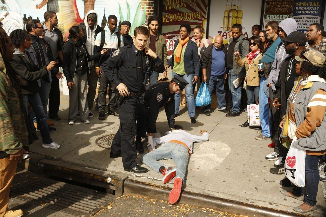 Ein Cop des NYPD erschießt ein scheinbar unbewaffnetes 14-Jähriges Gangmitglied. Können Jamie (Will Estes) und seine Kollegen einen Aufstand in dess... - Bildquelle: 2013 CBS Broadcasting Inc. All Rights Reserved.