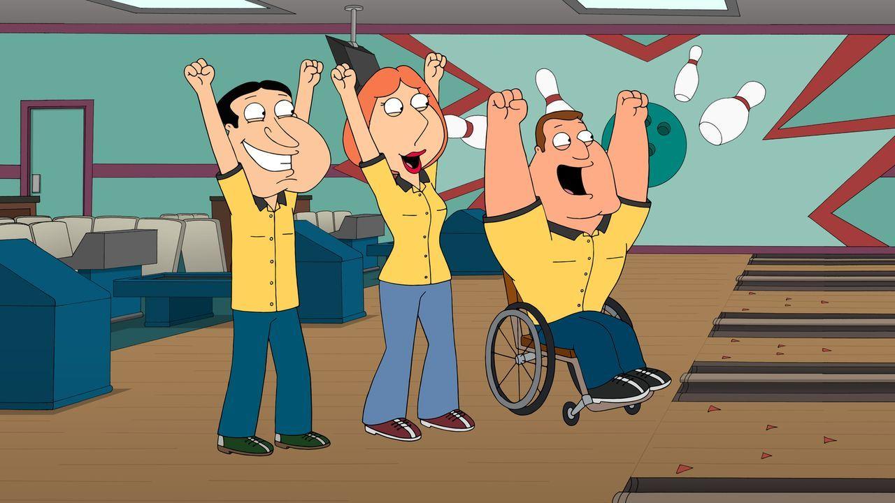 Als Peter ins Krankenhaus kommt, verpasst er ein wichtiges Bowling-Turnier. Doch Lois (M.) tritt als Vertretung bei Joe (r.) und Quagmire (l.) ein ... - Bildquelle: 2013 Twentieth Century Fox Film Corporation. All rights reserved.