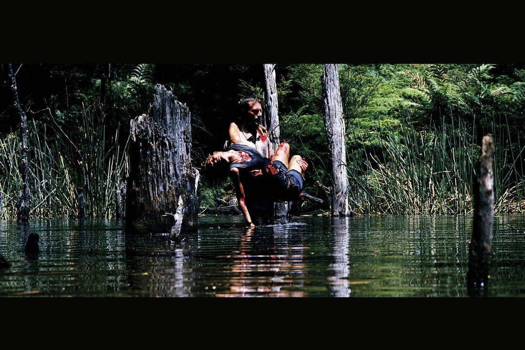 Als der Abenteurer Pete (Michael Vartan, stehend) die Bootsführerin Kate (Radha Mitchell) überredet, mal unbekannte Nebenwege zu befahren, ahnt er n...