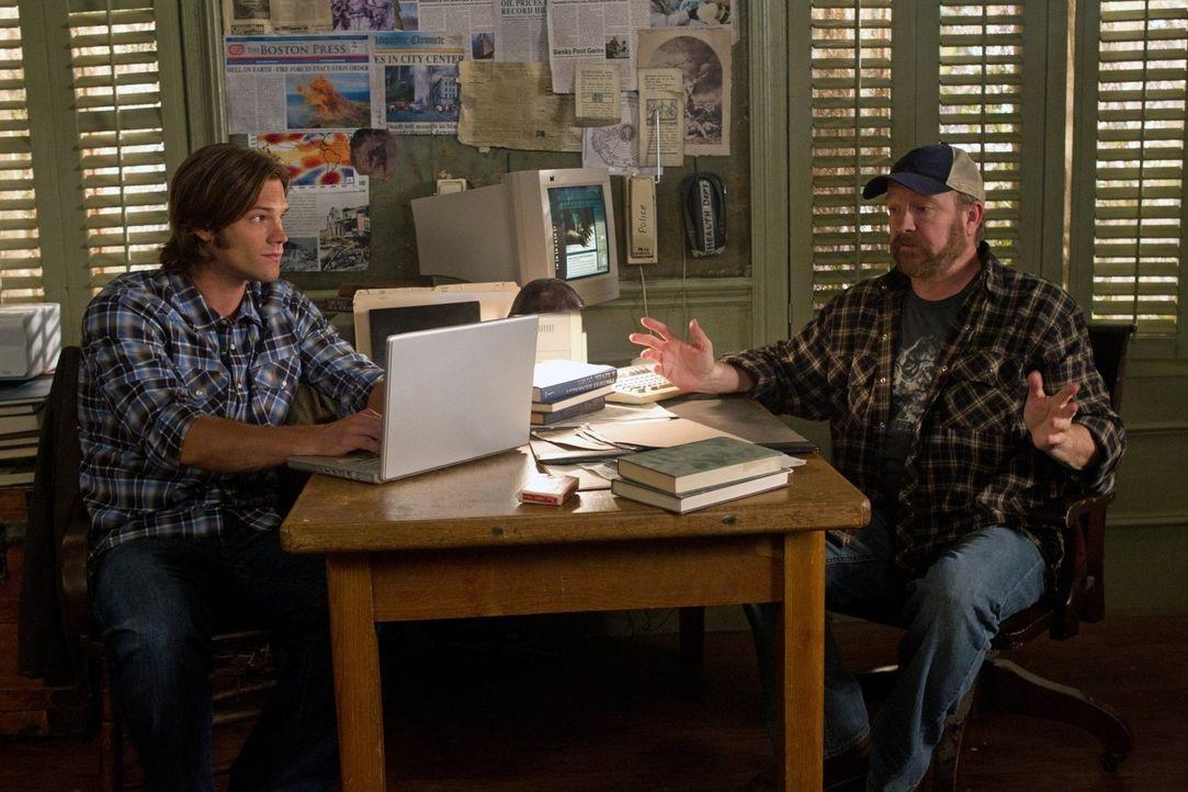 Versuchen weiterhin, das Böse zu bekämpfen: Bobby (Jim Beaver, r.) und Sam (Jared Padalecki, l.) ... - Bildquelle: Warner Bros. Television
