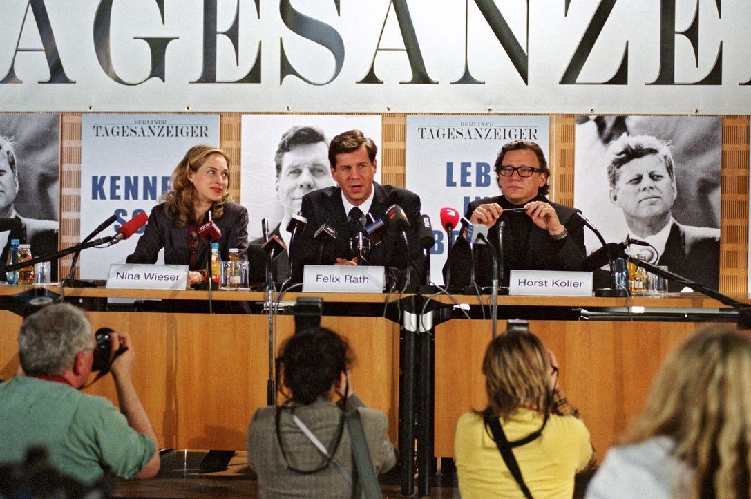 Felix (Thomas Heinze, M.), Nina (Sophie von Kessel, l.) und der Chefredakteur (Hannes Hellmann, r.) bei der Pressekonferenz. - Bildquelle: Noreen Flynn Sat.1