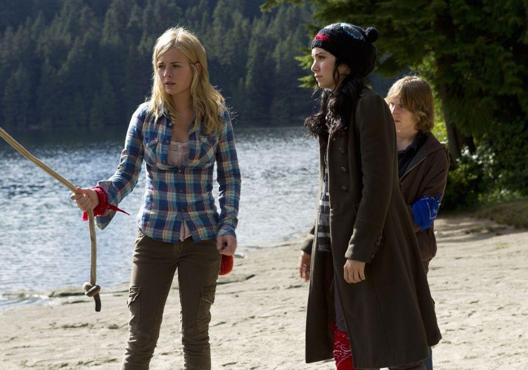 Sind nicht begeistert von den Teamaufgaben, welche sie auf dem Campingtrip bewältigen sollen: Lux (Brittany Robertson, l.) und Tasha (Ksenia Solo, r... - Bildquelle: The CW   2010 The CW Network, LLC. All Rights Reserved