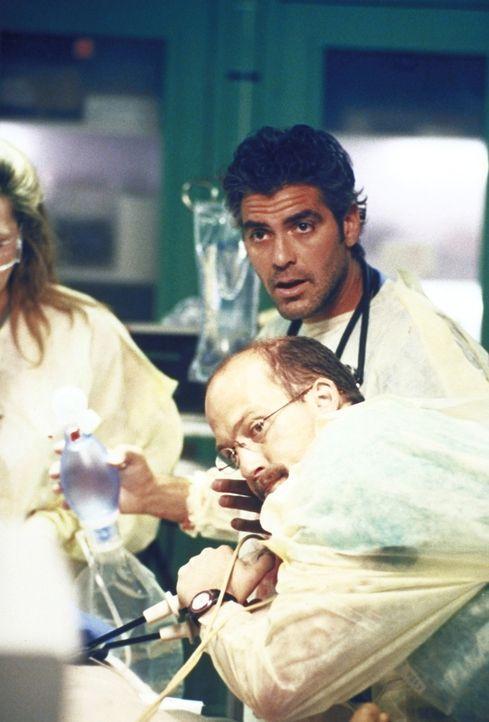 Greene (Anthony Edwards, r.) und Ross (George Clooney, r.) sind verzweifelt bemüht, ein Menschenleben zu retten. - Bildquelle: TM+  2000 WARNER BROS.