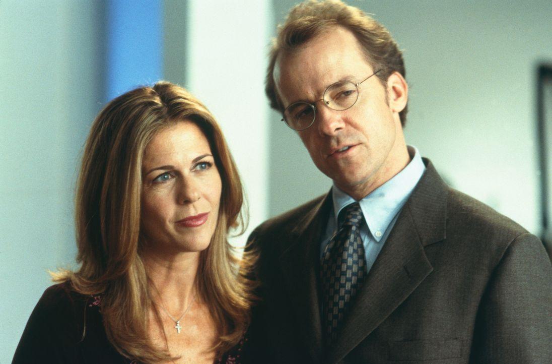 Eines Tages kommen Grace (Rita Wilson, l.) und ihr Mann Dave Baker (Michael O'Keefe, r.) bei einem dubiosen Autounfall ums Leben ... - Bildquelle: 2003 Sony Pictures Television International. All Rights Reserved.
